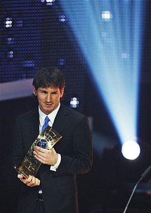 Messi posa con el trofeo. (AP)